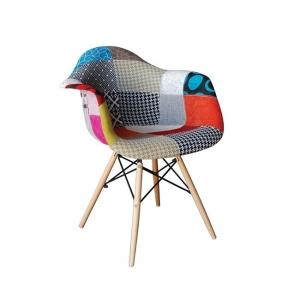 шарен стол ,трапезарен,дървени крака.