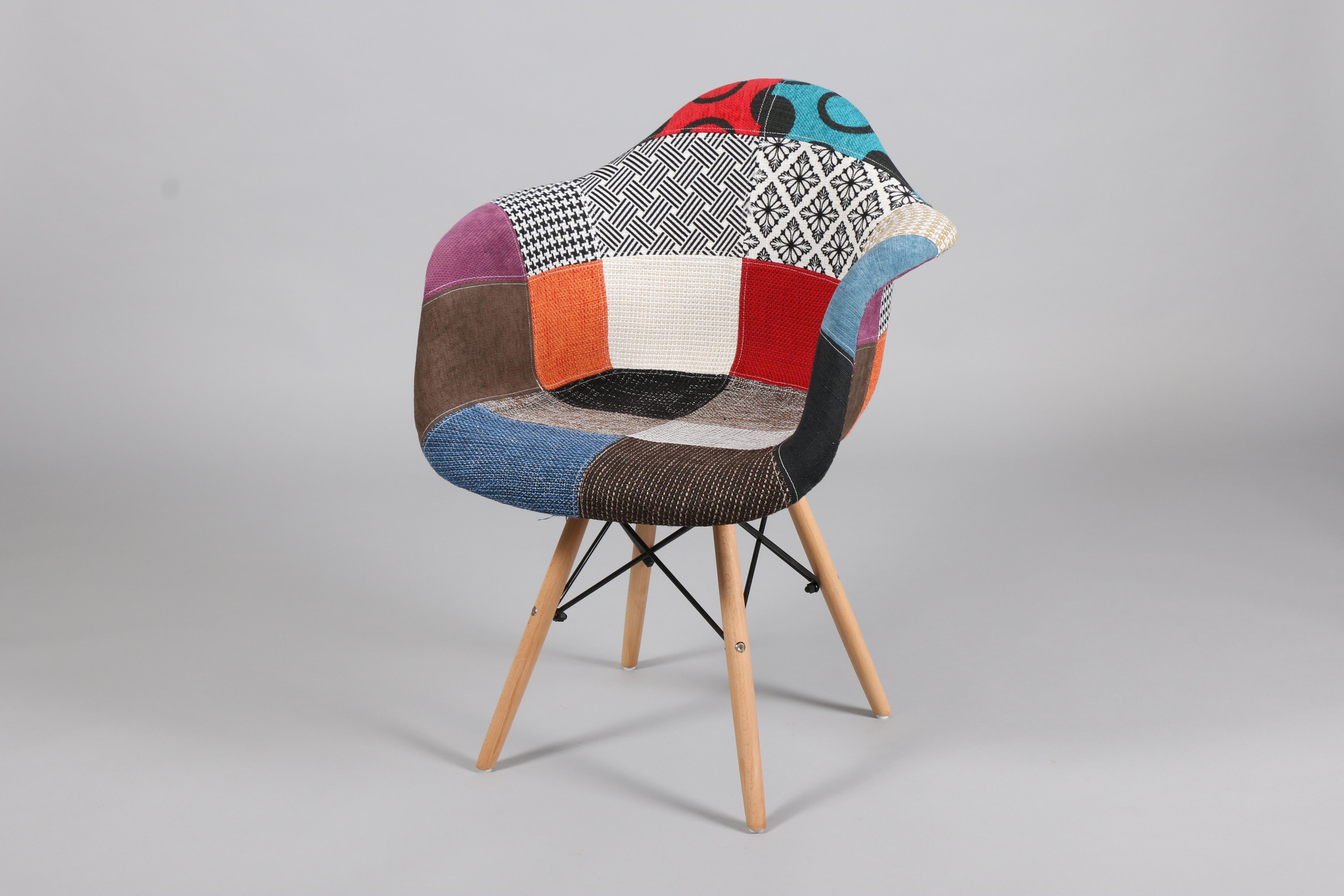 Тапициран стол с дамаска пачуорк с дървени крака