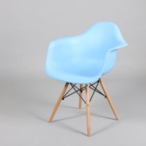 син стол с пластмасова седалка и дървени крака