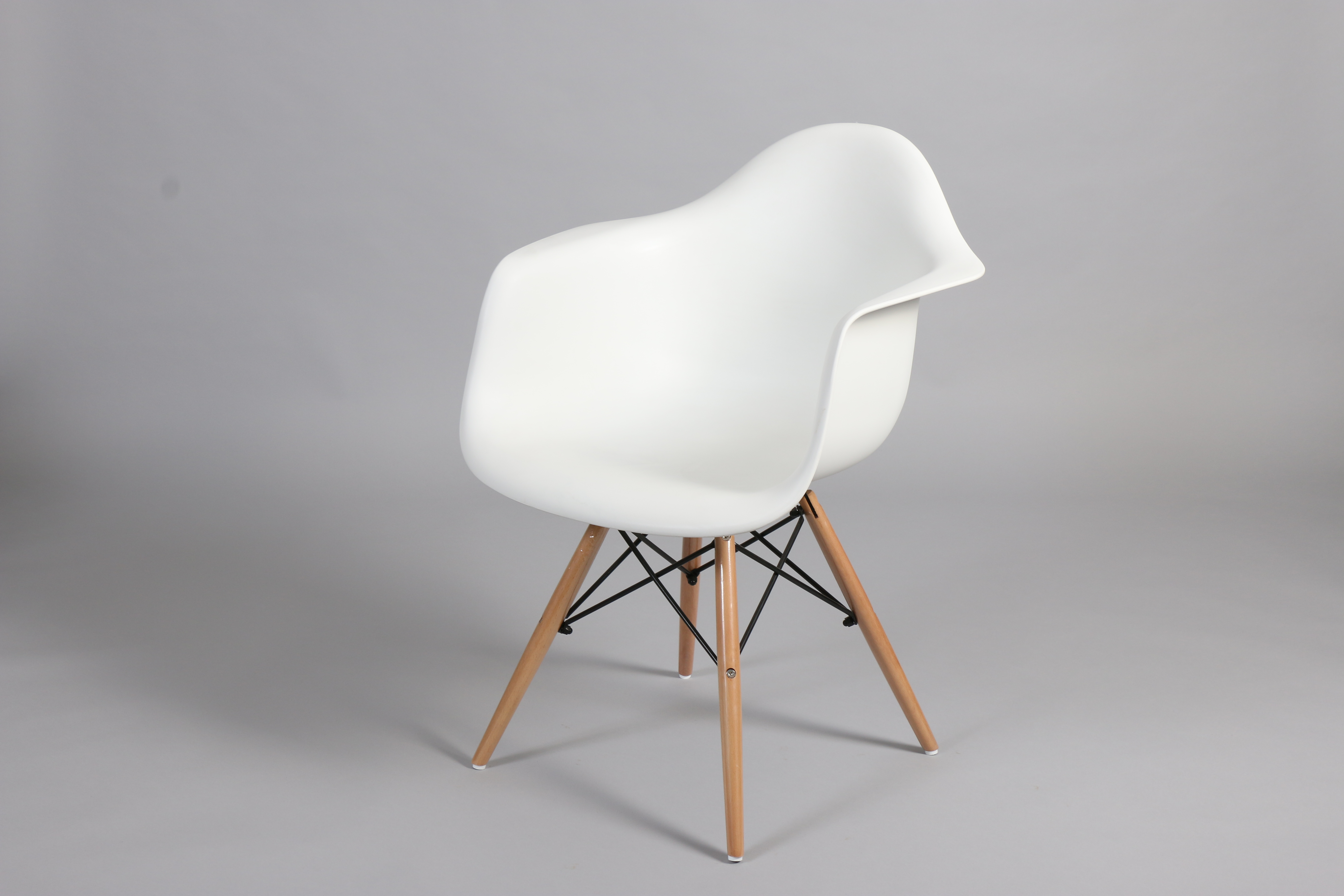 бял стол с пластмасова седалка