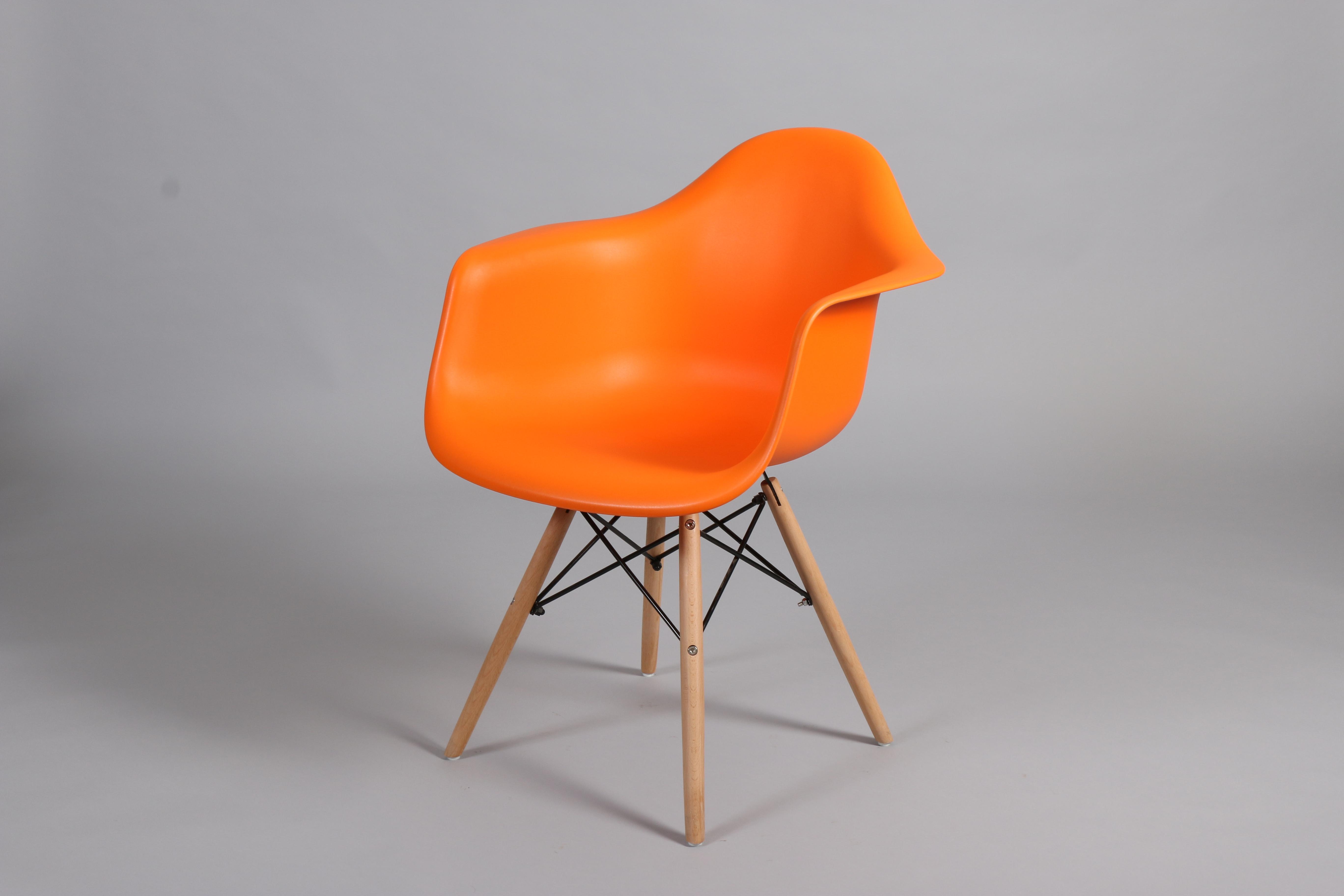 оранжев стол с пластмасова седалка и дървени крака