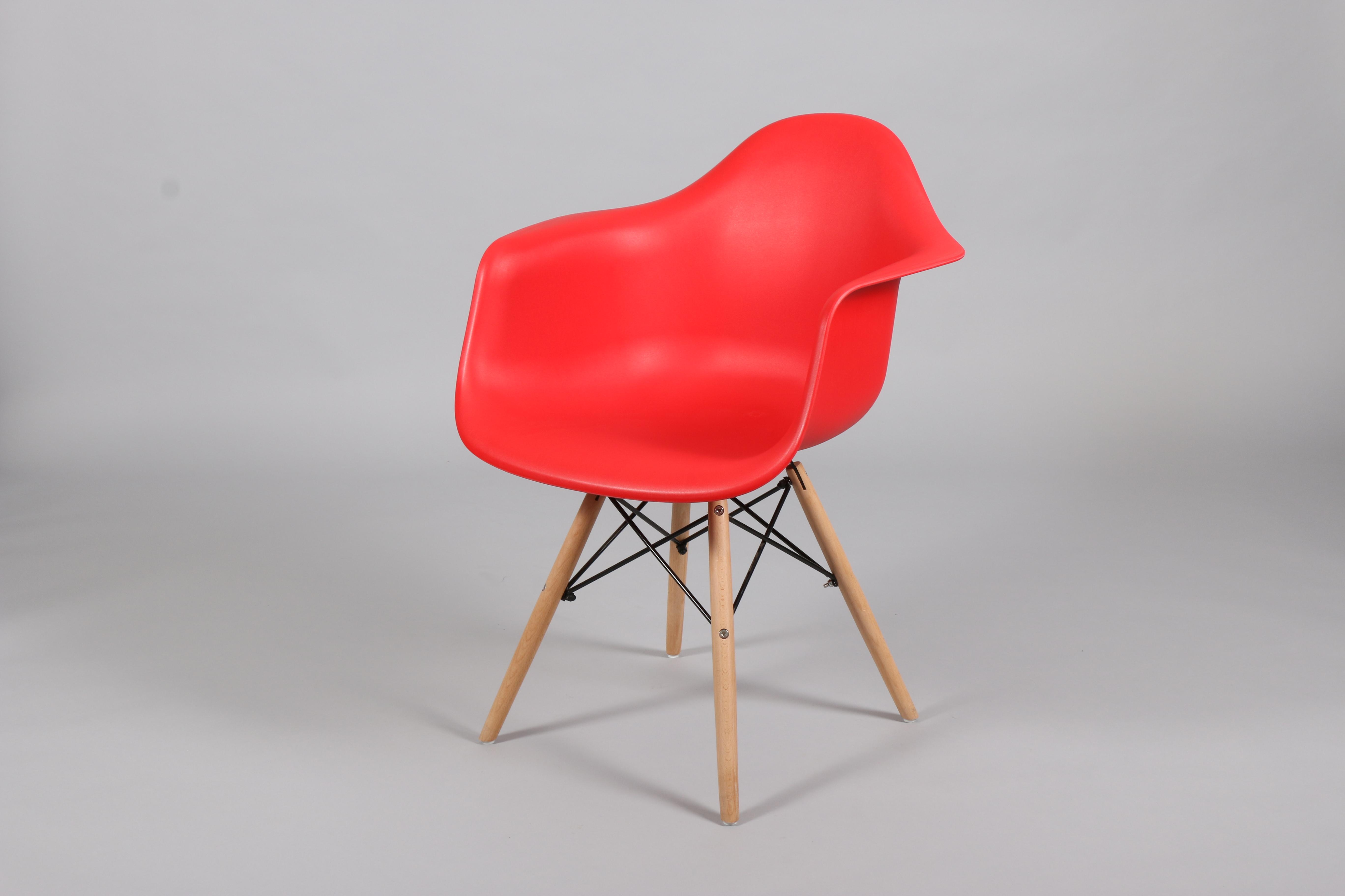 червен стол с пластмасова седалка и дървени крака