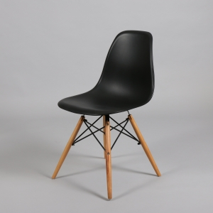 Черен стол с пластмасова седалка и дървени крака