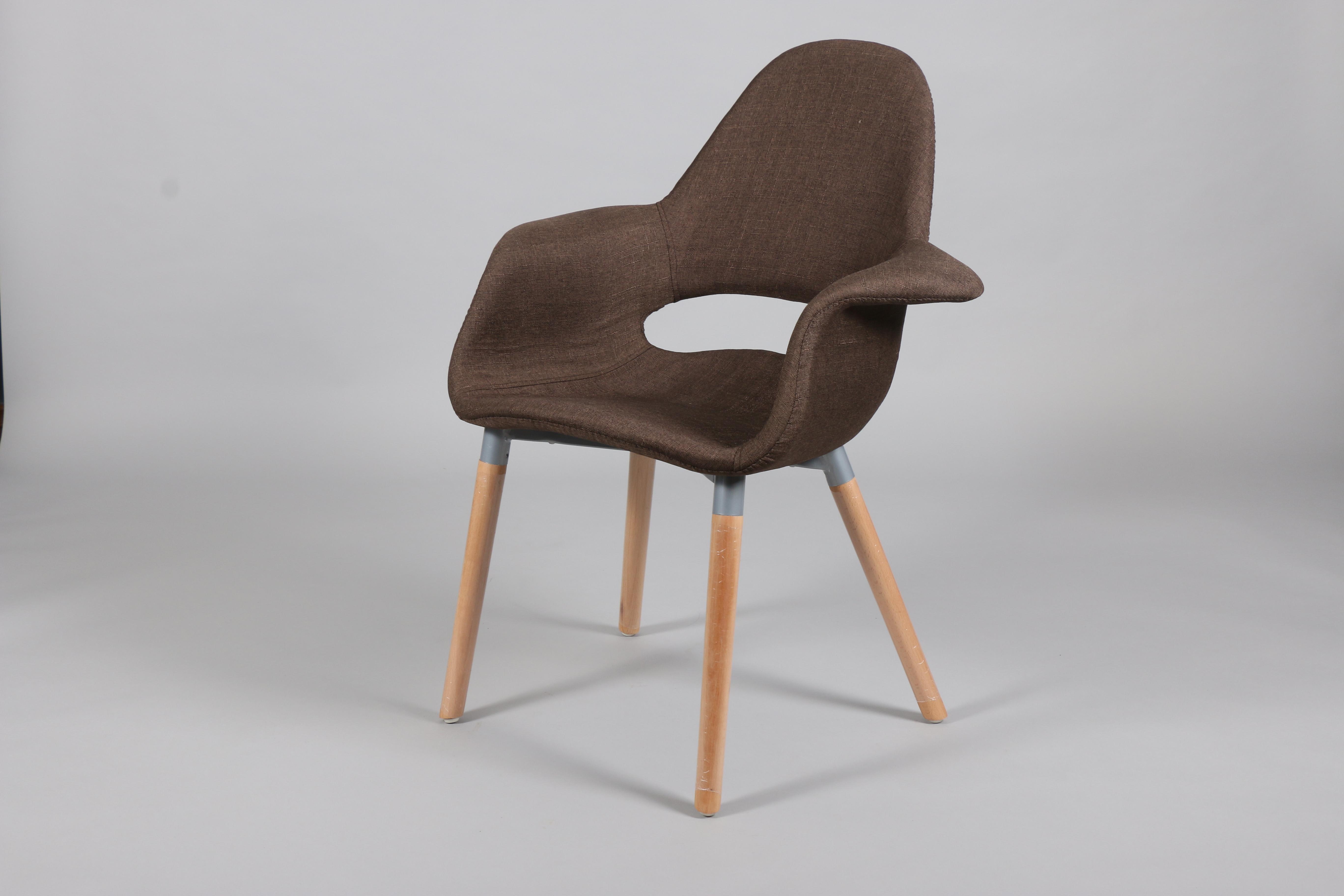 кафяв стол с дървени крака и таапицирана седалка