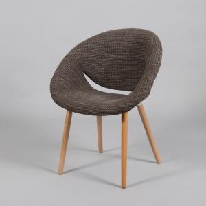 кафяв стол с дървени крака и дамаска