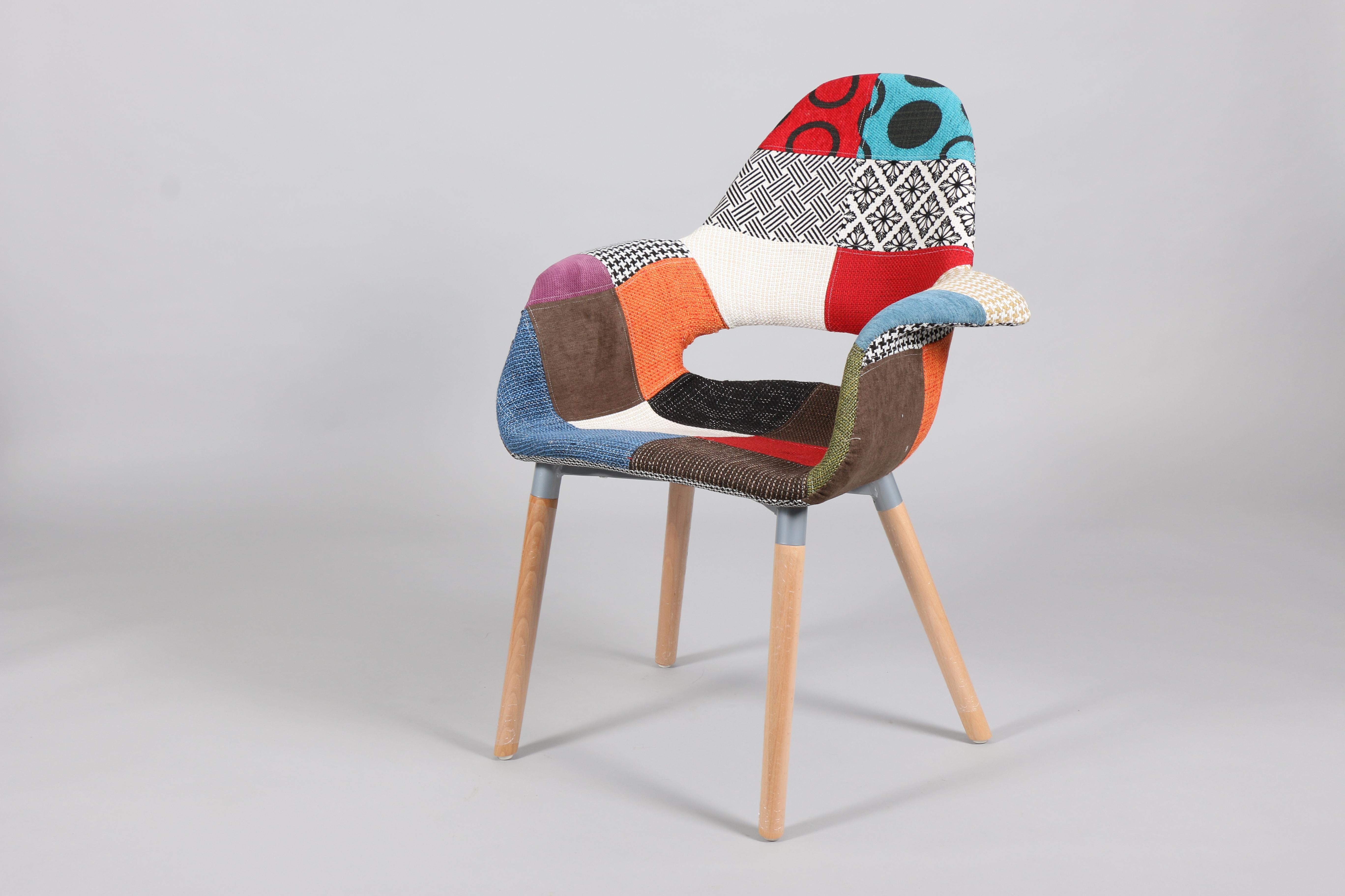 цветен стол с дървени крака и тапицерия на кръпки