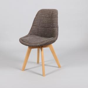 кафяв стол с тапицерия и дървени крака.