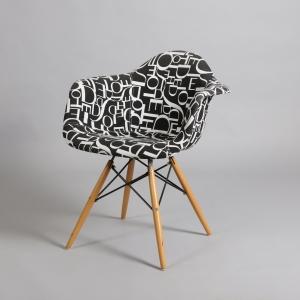 черен стол с дървени крака с надписи