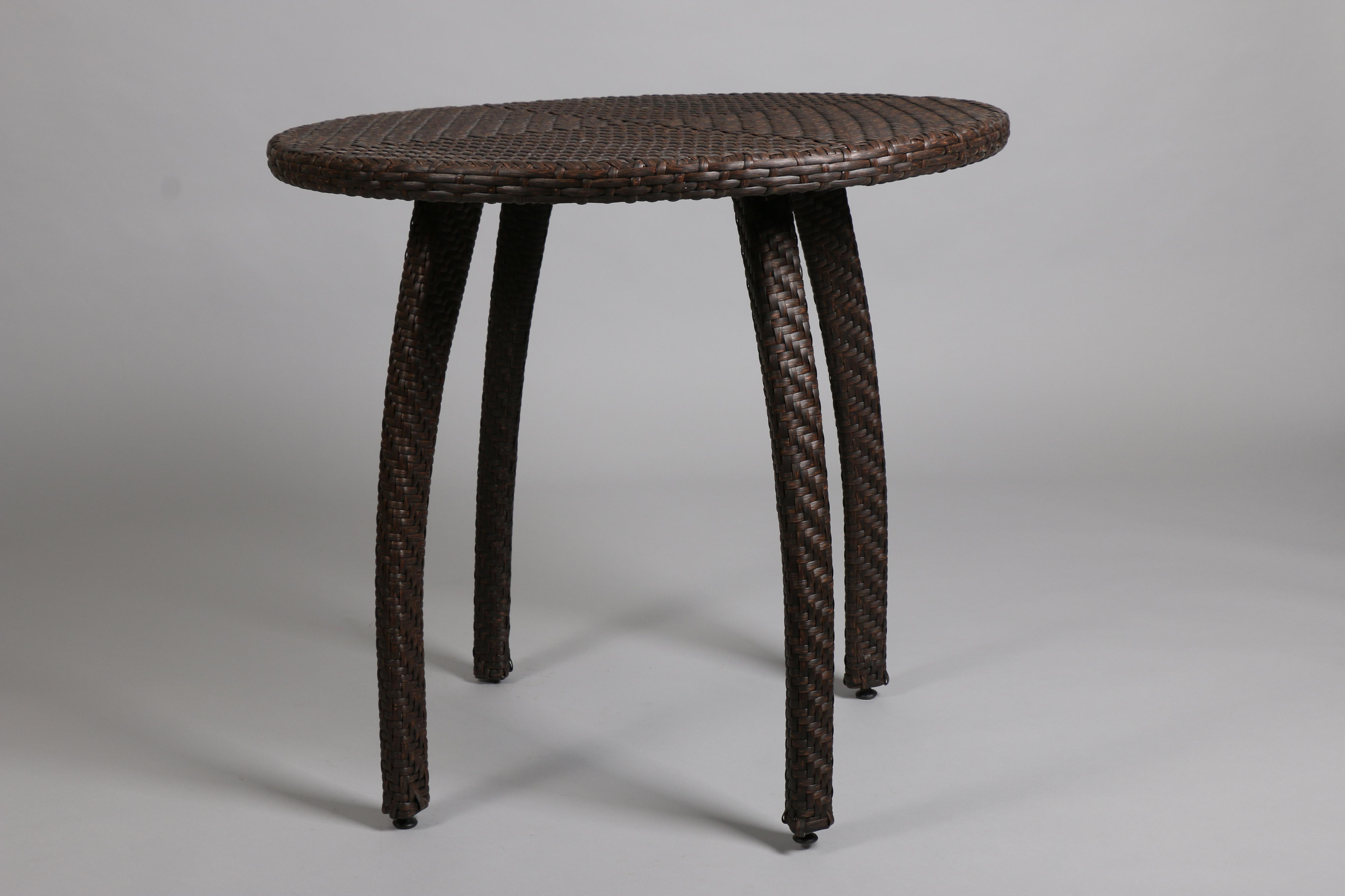 кафява алуминиева маса с изкуствен ратан