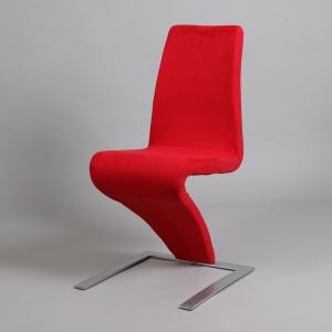 червен трапезарен стол с метална конструкция