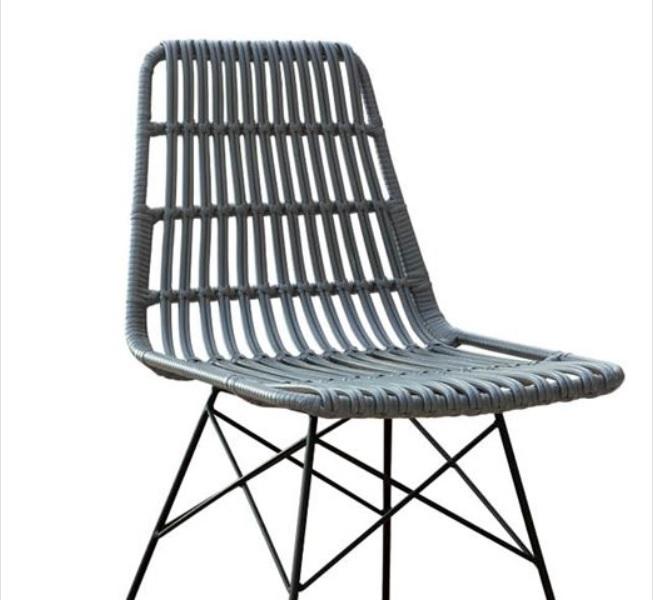 черен метален стол с оплетка