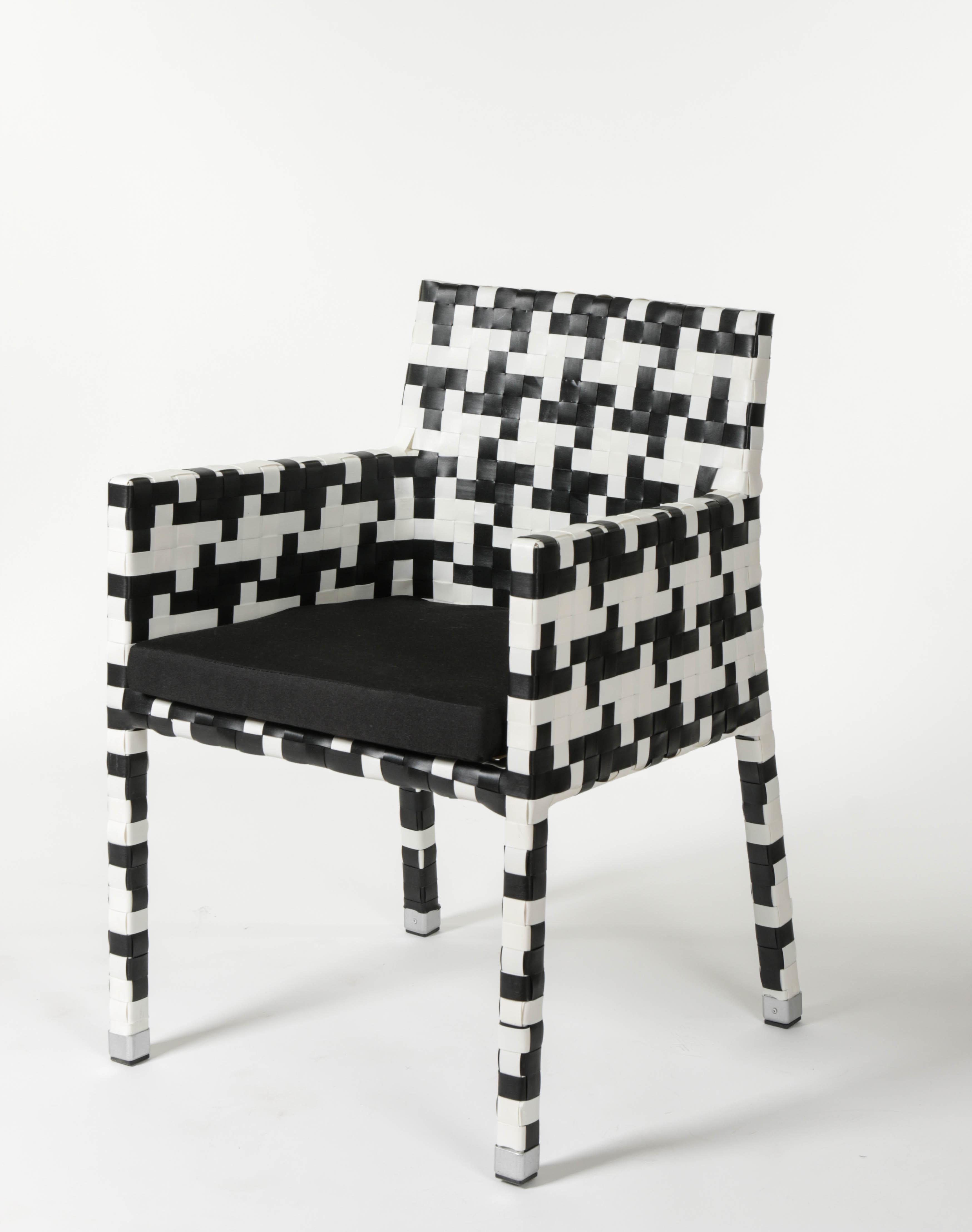 алуминиев стол от изкуствен ратан с черно бяла оплетка